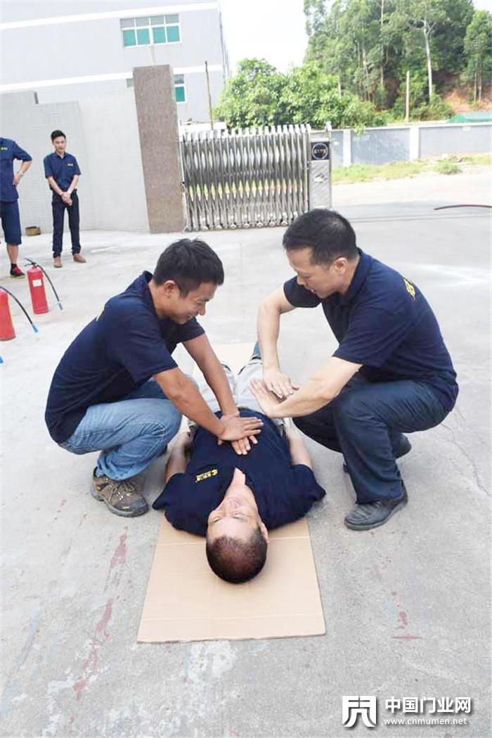 冠邦门窗消防演练,安全厂区造安全门窗