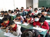 """践行""""创新·分享""""的价值观,索菲亚为400名孩子送上开学礼 (929播放)"""