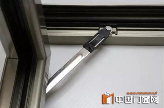 安装窗户密封条
