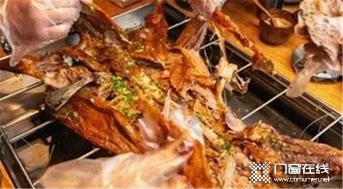 亿合门窗烤全羊宴浓情开席大家一同分享快乐,感恩企业文化!
