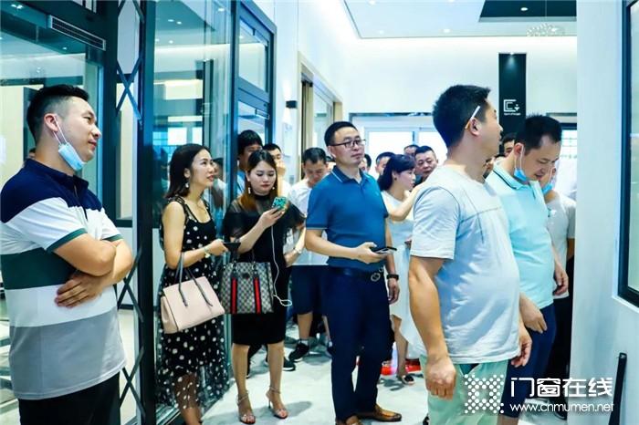 热烈欢迎湖北省窗业协会领导莅临亿合门窗参观交流,亿合董事长等热情接待!