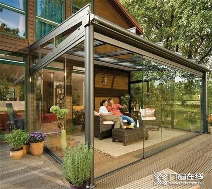 一所合格的阳光房必须满足通风、隔热、隔音、安全等条件,才能帮助拥有者更好地应变气温环境的变化,下面小编带大家介绍一下它的4个条件。