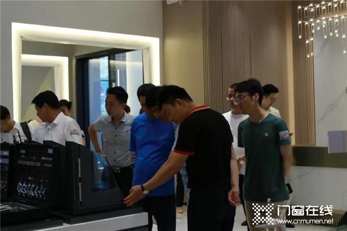热烈欢迎南京市移门行业协会考察团莅临安柏瑞门窗,相互交流,共同进步